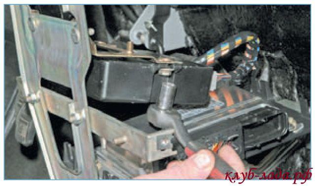 Отвернуть гайку крепления контролера к кронштейну центральной консоли