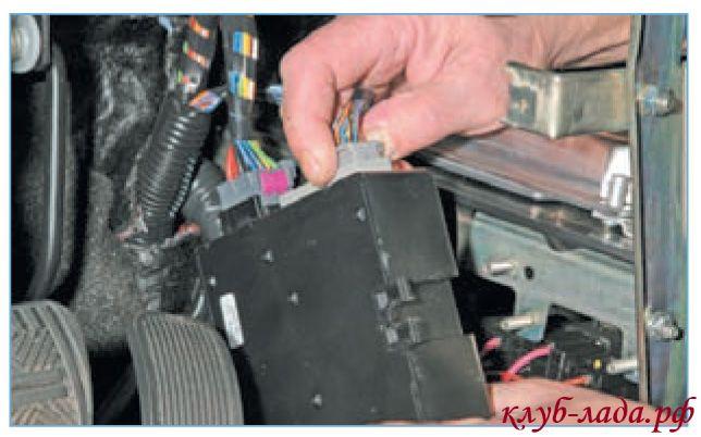 Сжать фиксатор колодки проводов, и отсоединить ее от контроллера