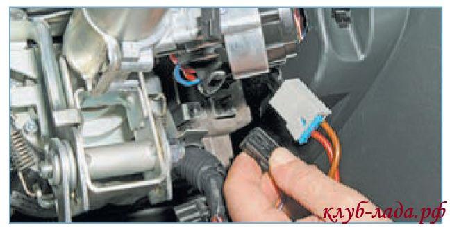 Отсоединить провода от электроусилителя руля