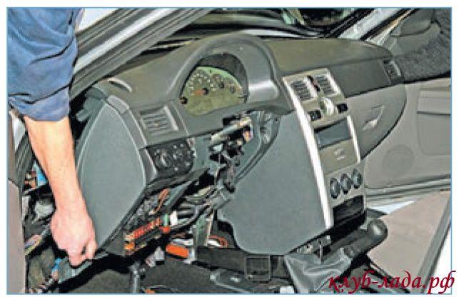 Снять панель Приоры из салона автомобиля