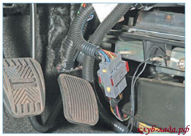 Отсоединить колодку проводов управления двигателем от колодки панели приборов