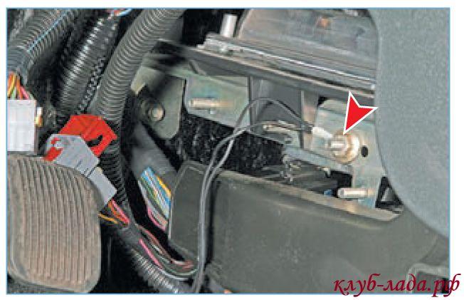 Отвернуть гайку крепления наконечника провода «массы» с помощью головки «на 10»