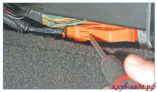 Отсоединить колодку проводов от блока управления подушкой безопасности