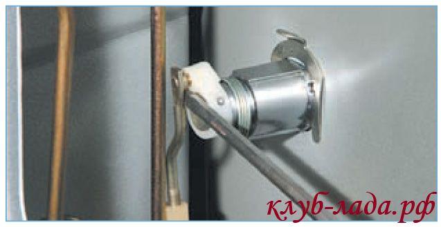 Отсоединить тягу от цилиндрового механизма замк