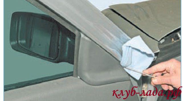Поддеть накладку наружного зеркала плоской отверткой