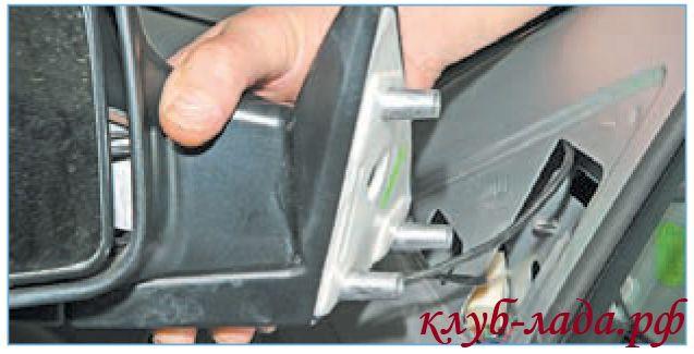 Отвести зеркало приоры, вытягивая провода из отверстия в двери