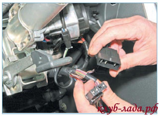 отсоединить колодку выключателя зажигания от колодки проводов панели приборов