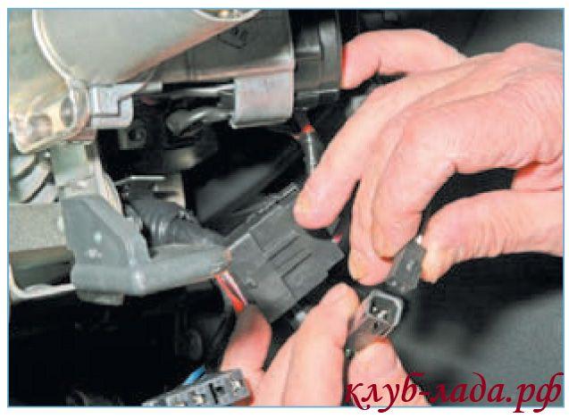 отсоединить колодку с проводами панели приборов.
