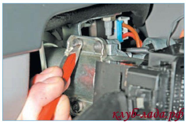 Ослабить затяжку болтов используя зубила