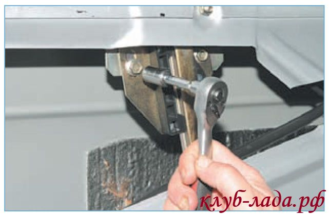 Вывернуть два болта крепления переднего стекла приоры