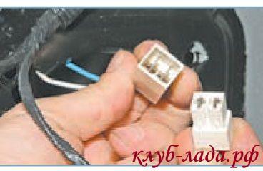 Отсоединить колодку с проводами ЭСП Приоры