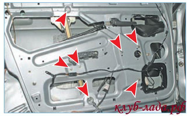 Отвернуть семь гаек крепления стеклоподъемника к двери приоры
