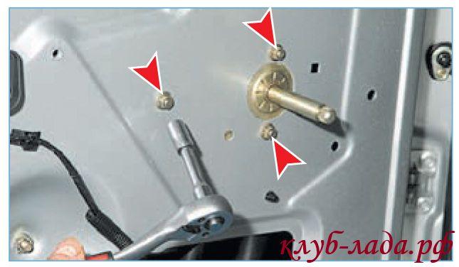 Отвернуть три гайки крепления стеклоподъемника к двери приоры