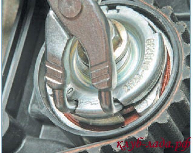 Вставить наконечники щипцов для снятия стопорных колец