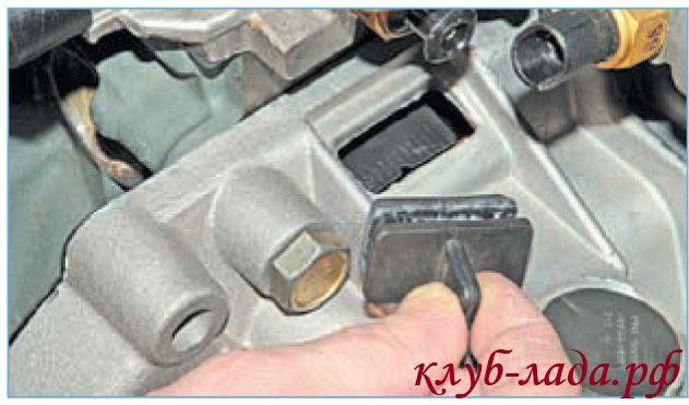 Снять резиновую заглушку в верхней части картера сцепления