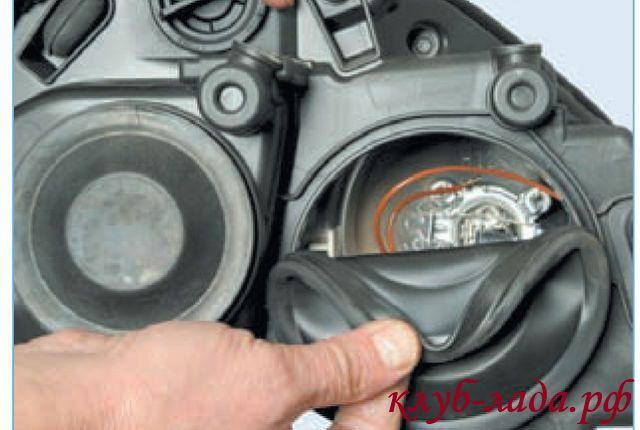 Снять защитный резиновый чехол с корпуса блок-фары