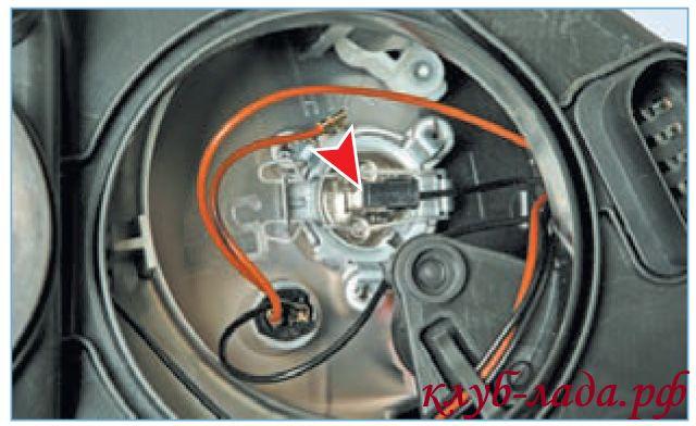 Отсоединить колодку с проводами от лампы