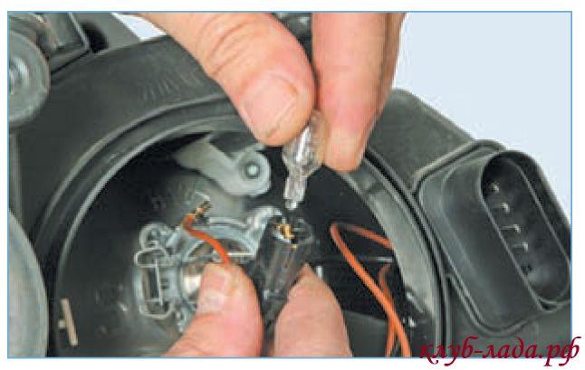 Снять лампу габаритов W5W из патрона