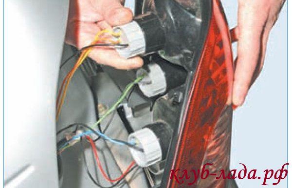 Повернуть патрон лампы габаритного света и сигнала торможения против часовой стрелки