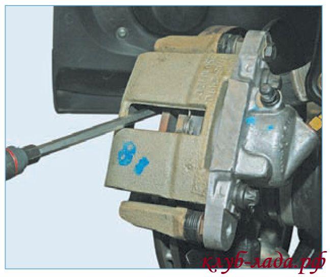 вдавить поршень передних тормозов приоры