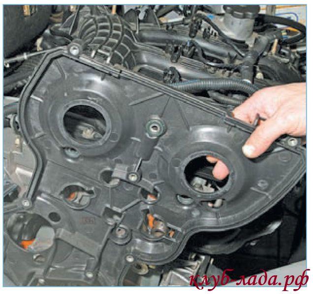 Отвести крышку от двигателя и приподнять