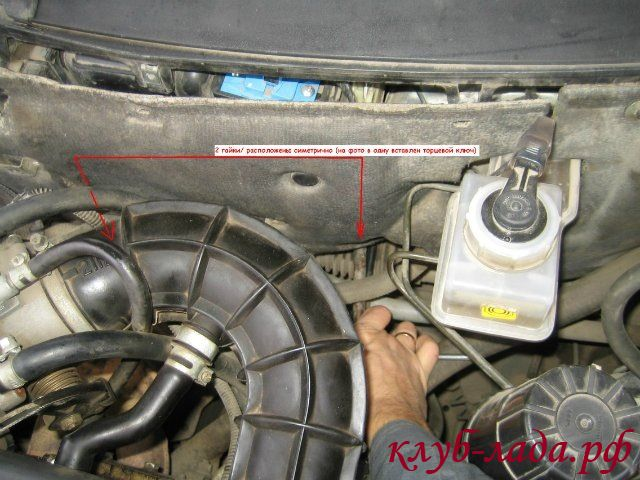 Снять центральную часть шумоизоляции моторного щита приоры