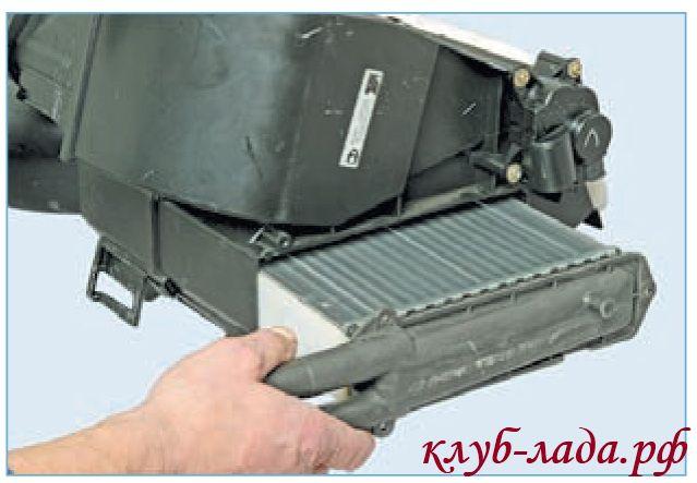 Вытащить радиатор из корпуса отопителя Приоры