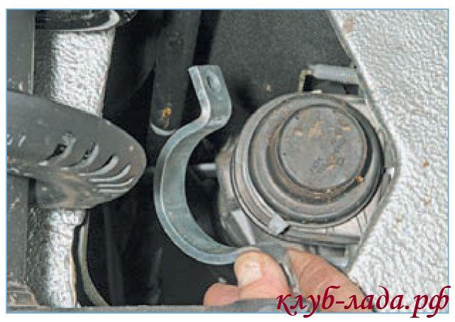 Снять две скобы рулевой рейки приоры