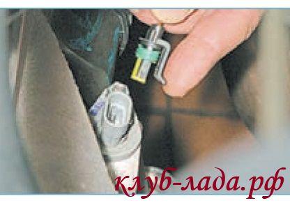 Отсоединить колодку с проводами от датчика скорости Лада Приора