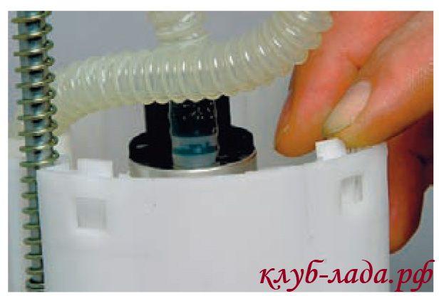 Отжать 4 защелки крышки топливного модуля приоры