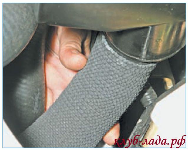 Снять рукав воздухозаборника с патрубка в нижней части корпуса воздушного фильтра