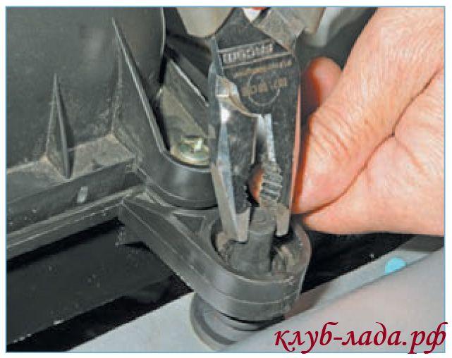 Снять корпус воздушного фильтра приоры с резиновых фиксаторов
