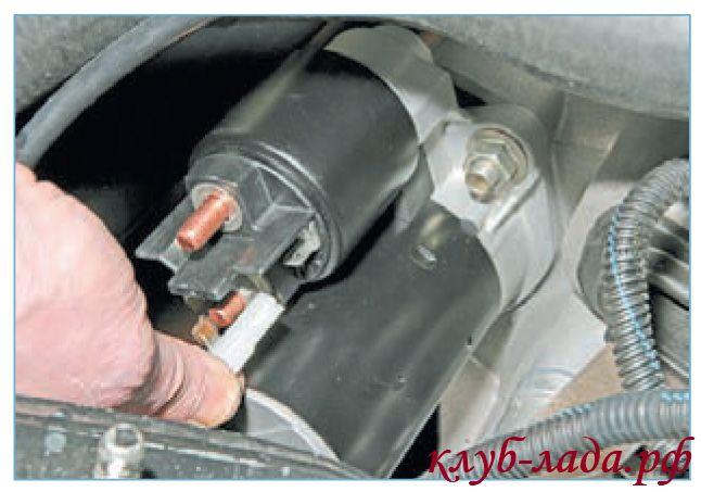 Отсоединить провод управления тяговым реле приоры