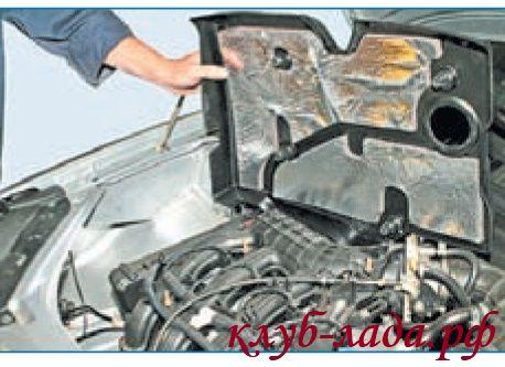 Снять пластмассовую крышку двигателя приоры