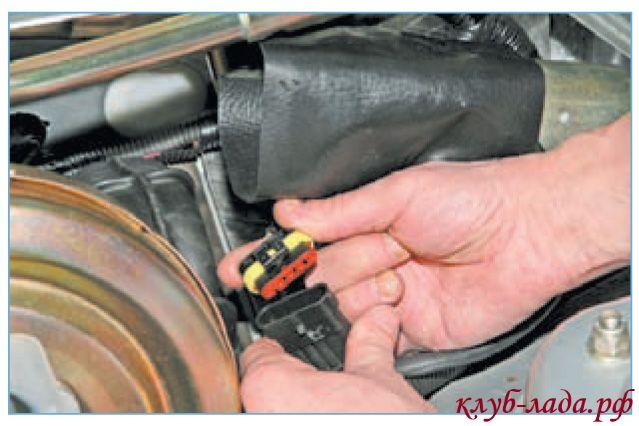 Отсоединить колодку от жгута проводов мотора дворников Приоры