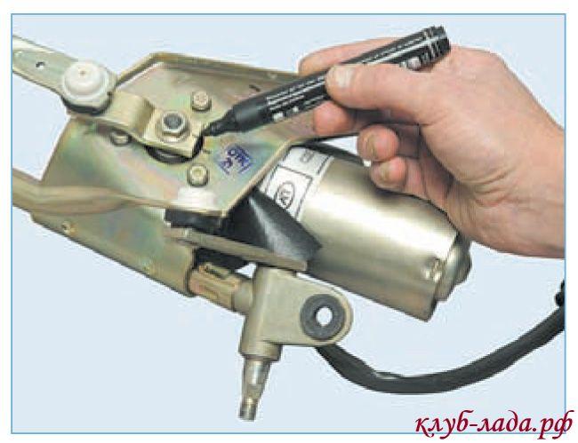 пометить положение кривошипа относительно кронштейна очистителя