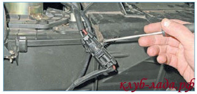 Расстегнуть и разрезать хомут крепления колодки проводов вентилятора отопителя Приоры