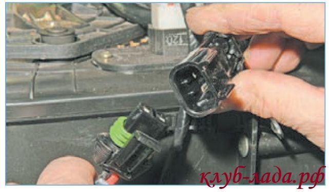 Отсоединить колодку с проводами от вентилятора печки Приоры
