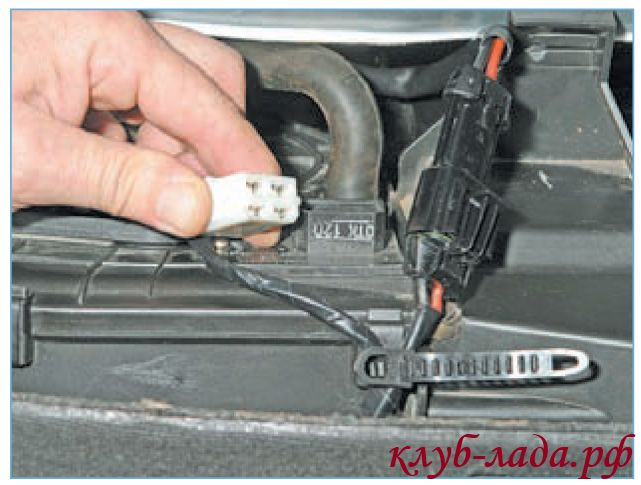 Отсоединить колодку с проводами от дополнительного резистора Приоры