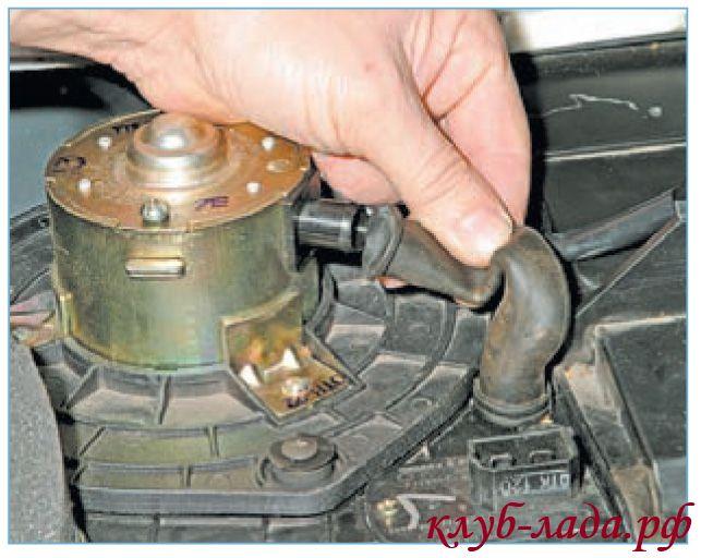 Отсоединить шланг вентиляции вентилятора от патрубка