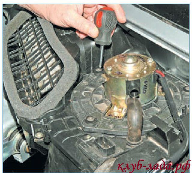 Отвернуть 3 самореза крепления вентилятора печки Приоры