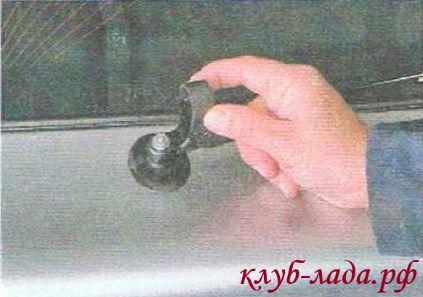 Поднять защитную крышку гайки крепления поводка стеклоочистителя