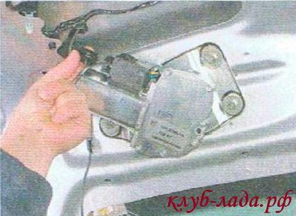 Отсоединить колодку с проводами от мотор-редуктора