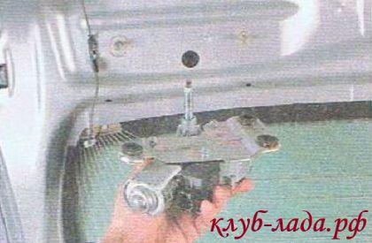 Снять моторчик заднего стеклоочистителя Приоры