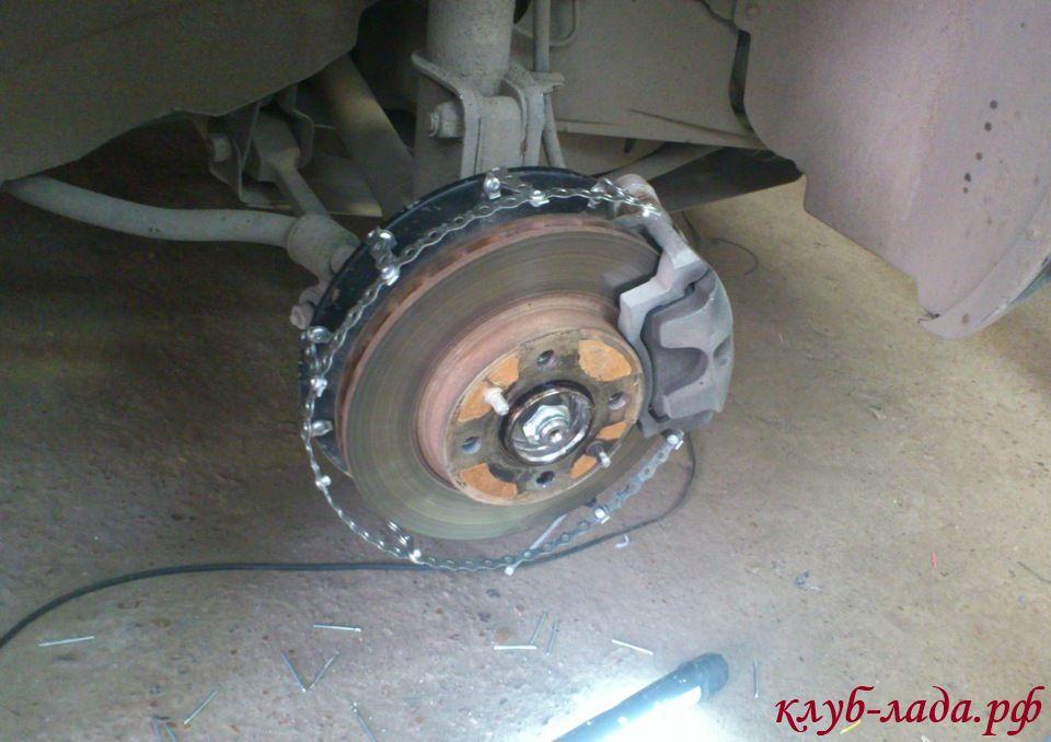 установка монтажной ленты на диск автомобиля
