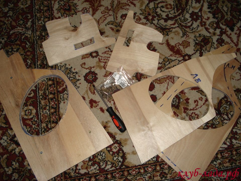азрезать фанеру по линиям, используя электролобзик и дрель